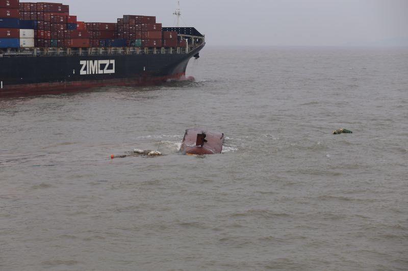 一艘载有11人的渔船在浙江舟山岱山县鼠浪湖岛北侧海域沉没,目前已有5