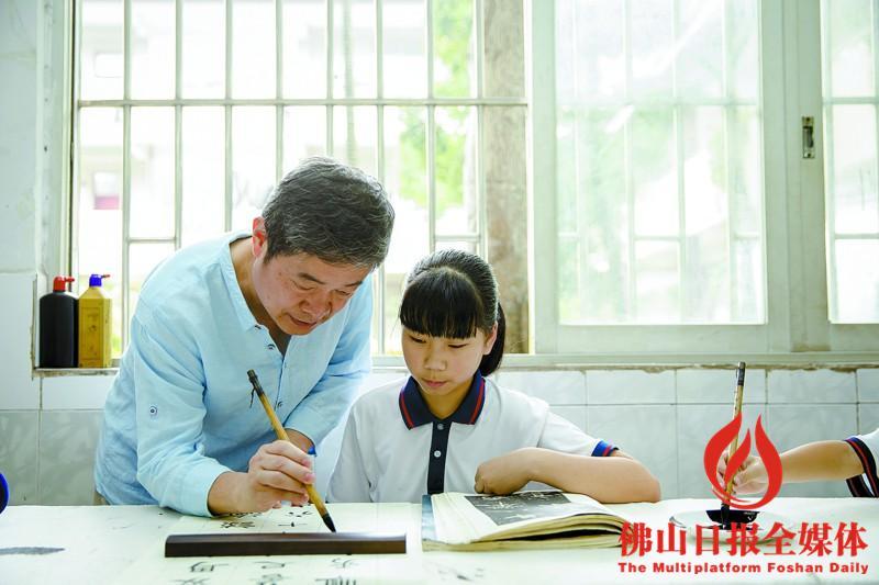 培训活动,佛山市书法家协主席李小如等书法名家走进校园,对学生作品初中政治做笔记上课图片
