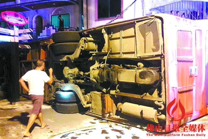 泰国普吉岛:载有中国游客的大巴翻车致2人死