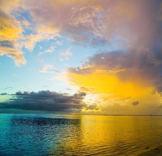游泳安全是首要: 在海边旅游,游泳当然不能少,但不要单独一人下水,最