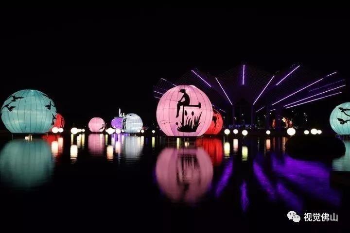 在灯光的作用下,千纸鹤凉亭旁的灯饰,投影出恋人的剪影,十分浪漫唯美