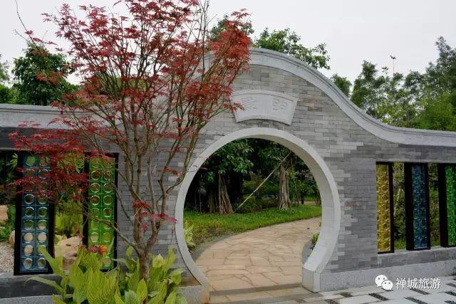 园林还都通过门洞造型来营造岭南特色,抽空的镬耳山墙造型,让人耳目一