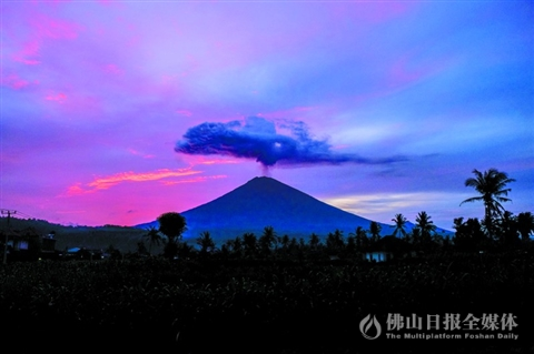 11月30日在巴厘岛拍摄的阿贡火山./新华社发-阿贡火山持续喷发 空