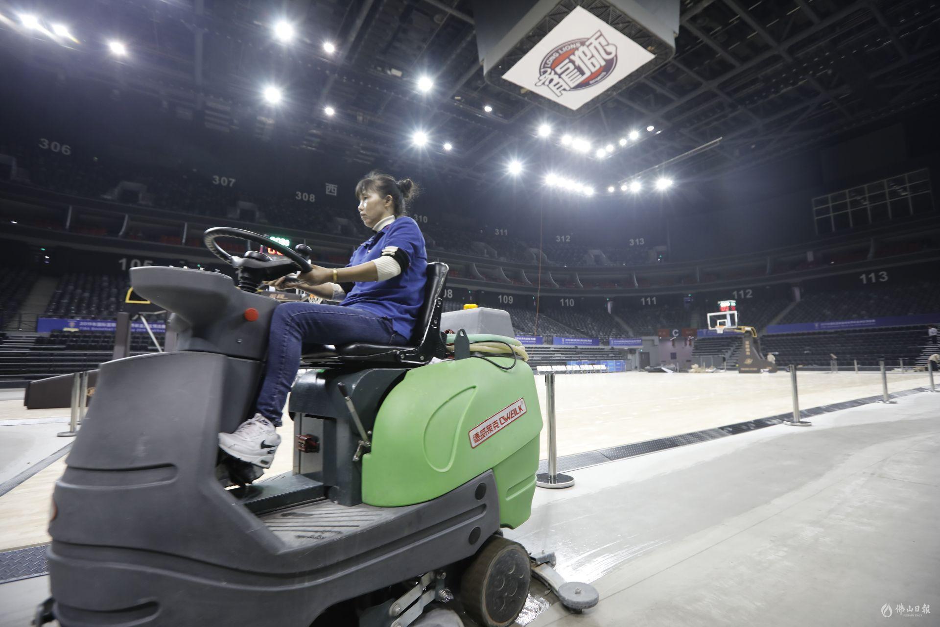 """12月2日,佛山国际体育文化演艺馆迎来篮球""""首"""