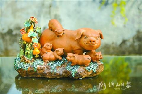 在表现不同文化内涵的生肖陶艺中,罗明佳总能将动物表现得更有人情味