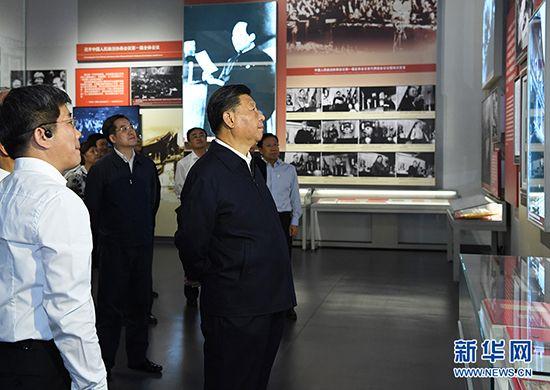 9月12日,中共中央总书记、国家主席、中央军委主席习近平视察中共中央北京香山革命纪念地。这是习近平在香山革命纪念馆参观《为新中国奠基》主题展览。 新华社记者 饶爱民 摄
