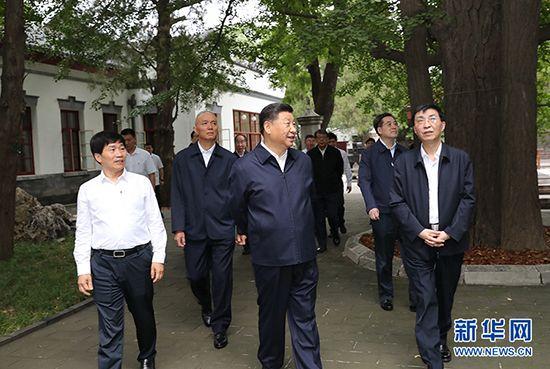 9月12日,中共中央总书记、国家主席、中央军委主席习近平视察中共中央北京香山革命纪念地。这是习近平瞻仰双清别墅。 新华社记者 鞠鹏 摄